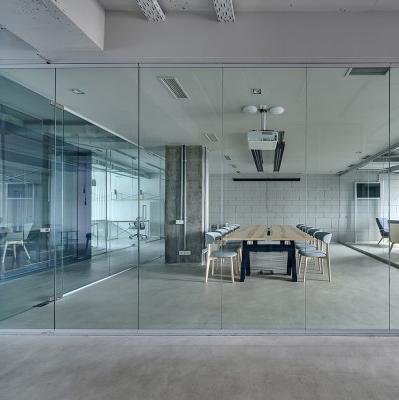 Espace séparé par une cloison en verre
